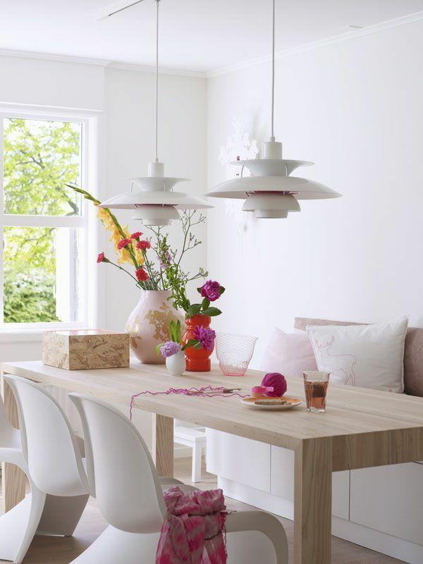 holz esszimmertisch mit stühlen weiß pendelleuchten