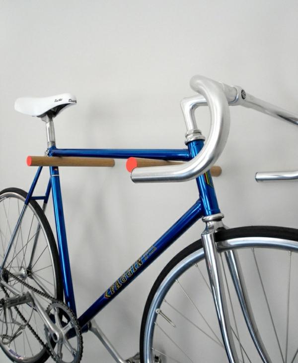 holzregal wandregal holzstäbchen fahrrad abstellen platzsparende ideen