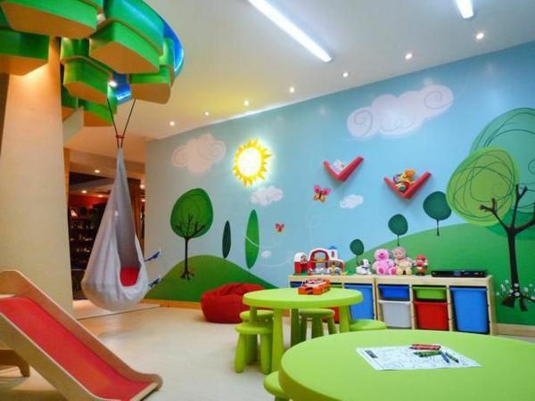 idee-kinderzimmer-gestaltung-spielplatz-grüne-stühle-tisch