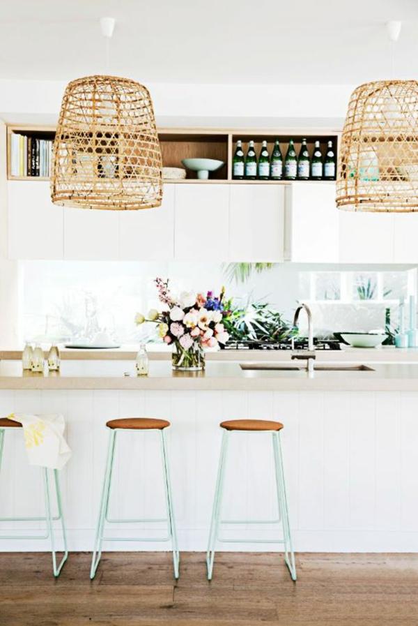 küche gestalten kücheninsel esstisch hocker pendelleuchten rattanmöbel