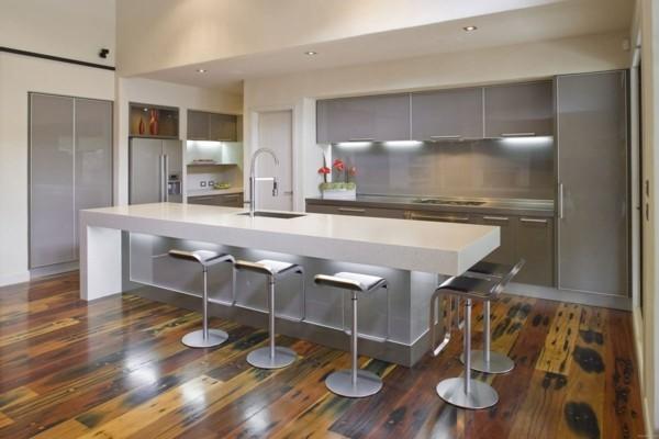küche mit kochinsel ausgefallene kcheninsel mit modernen barhockern und leuchten