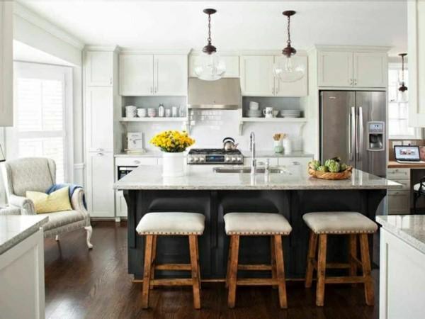 küche mit kochinsel barhocker und stilvoller boden in dunkelbraun