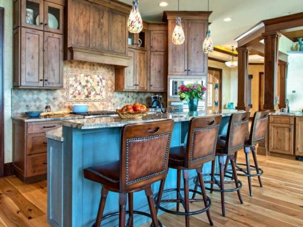 küche mit kochinsel blaues design und ausgefallene pendelleuchten