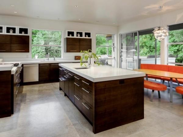 küche-mit-kochinsel-braune-küchenmöbel-und-weiße-küchenwände