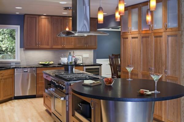 küche mit kochinsel dunkle akzente und küchenschränke aus holz