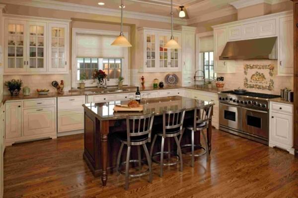 küche mit kochinsel weiße wandfliesen und beige wandfarbe