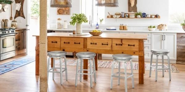 küche mit kochinsel geräumige und frische küche mit kücheninsel in landhausstil und silbernen barhockern