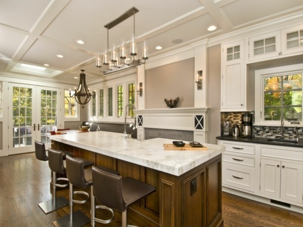 küche mit kochinsel große arbeitsfläche und ausgefallener leuchter