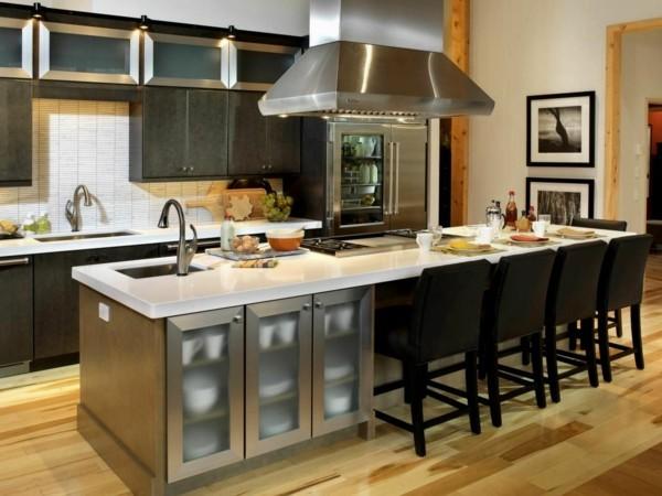 küche mit kochinsel hellbrauner bodenbelag undschwarze barhocker