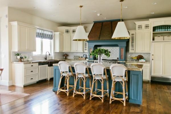 küche mit kochinsel in blau und holzboden