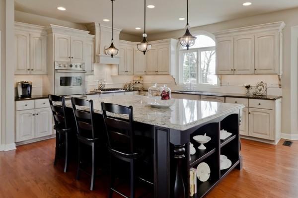 küche mit kochinsel in schwarz mit stilvoller oberfläche und offenen regalen