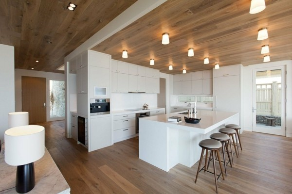 küche mit kochinsel in weiß mit wunderschöner beleuchtung