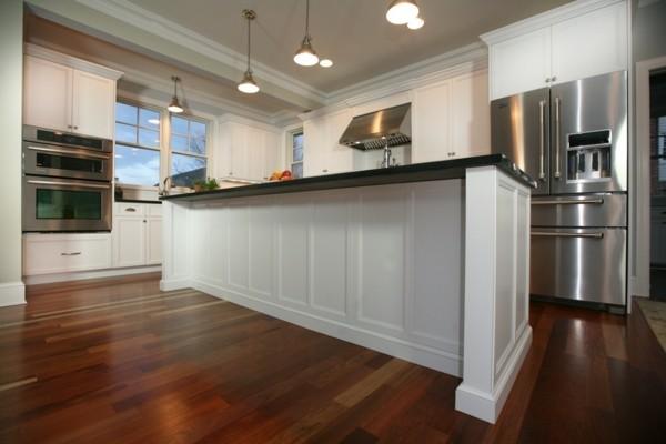 küche mit kochinsel in weiß und viel freiraum