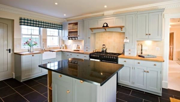 küche mit kochinsel kleine freistehende kücheninsel in weiß mit schwarzer oberfläche