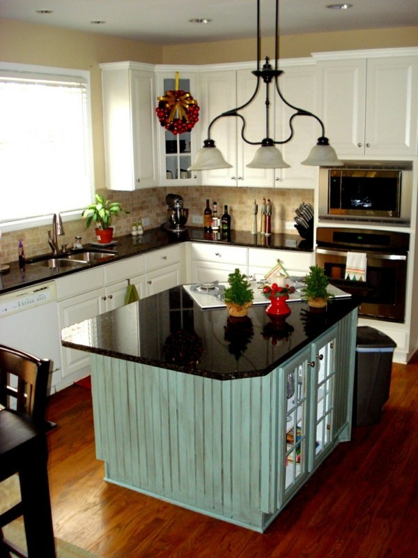 küche mit kochinsel in hellgrün und küchenschränke in weiß