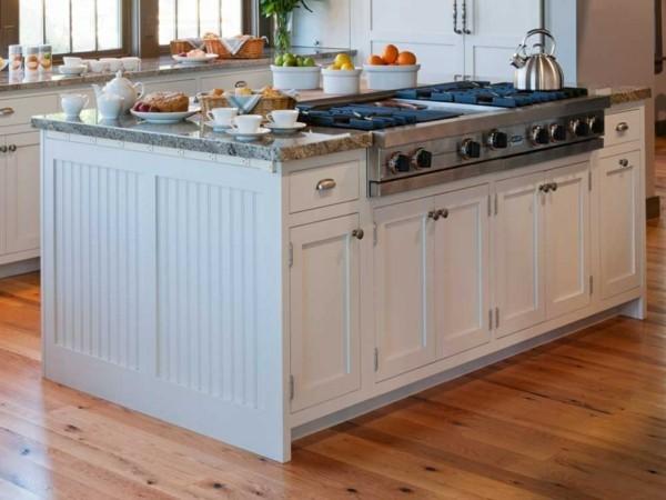 küche mit kochinsel robuste weiße kücheninsel und heller bodenbelag