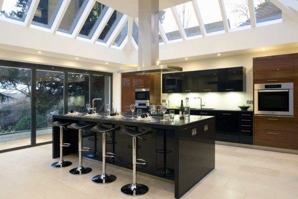 küche mit kochinsel schwarze kücheninsel mit trendigen barhockern