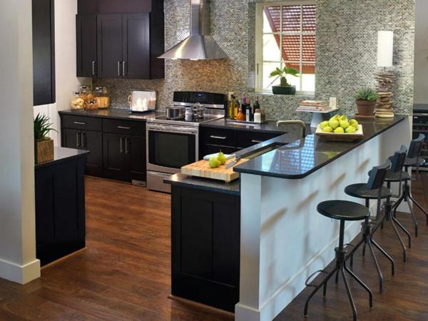 küche mit kochinsel schwarze küchenschränke und wunderschöne wandgestaltung