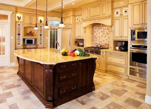 küche mit kochinsel und schönem bodenbelag