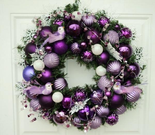 kranz selber basteln zweige weihnachtsdeko weihnachtskugeln lila