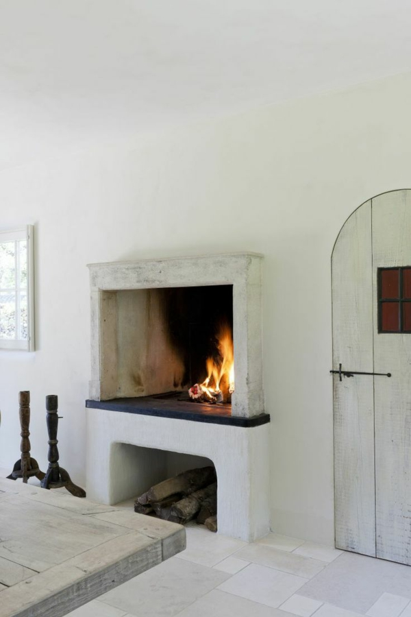 landhausstil wohnzimmer ideen kaminbrennholz rustikale nmöbel