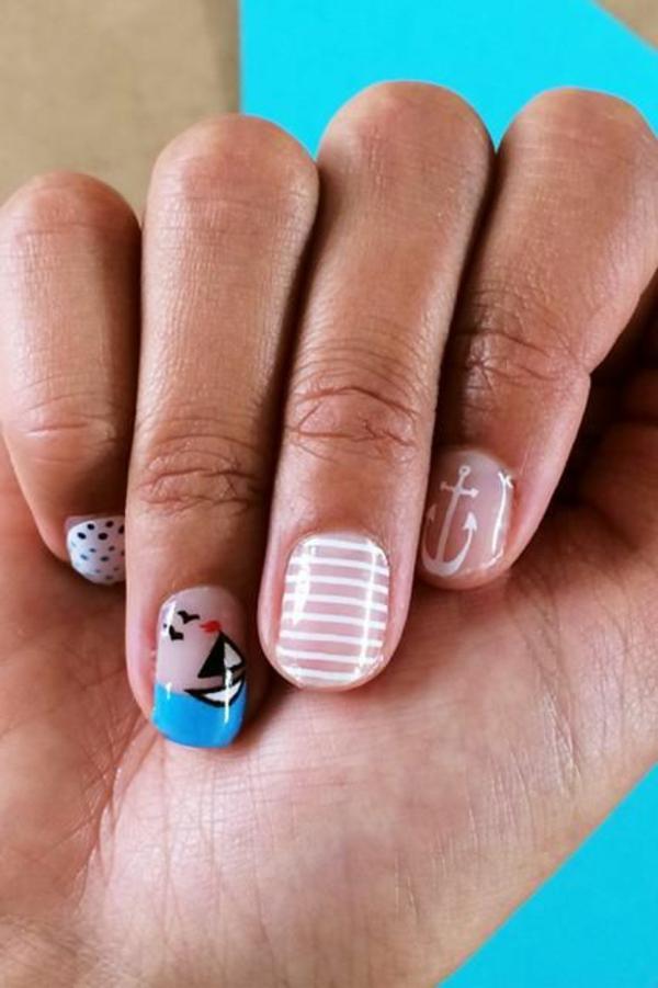 nail art design zum thema meer blau weiß streifenmuster anker