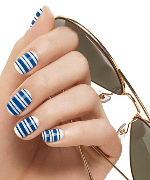nail art thema meer blau weiß streifenmuster