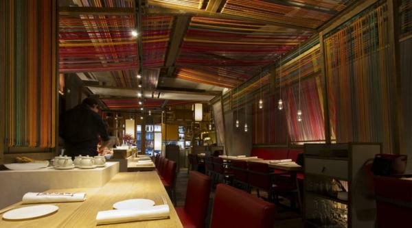 pendellampen restaurant rote stühle