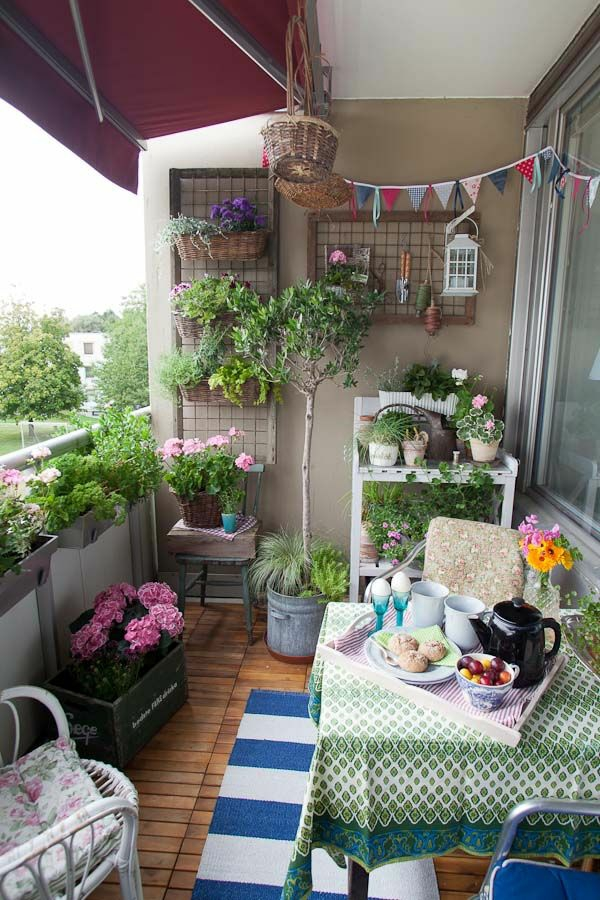platzsparende balkonmöbel set balkon bepflanzen holzfliesen
