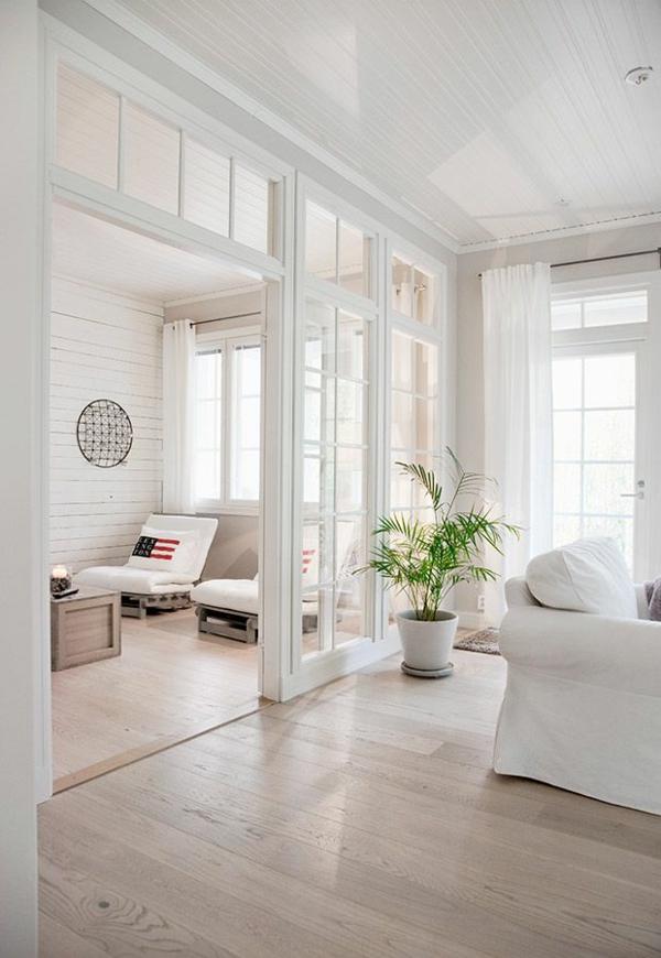 wohnzimmer küche trennen:Eine elegante Glaswand trennt das moderne Esszimmer vom Wohnzimmer