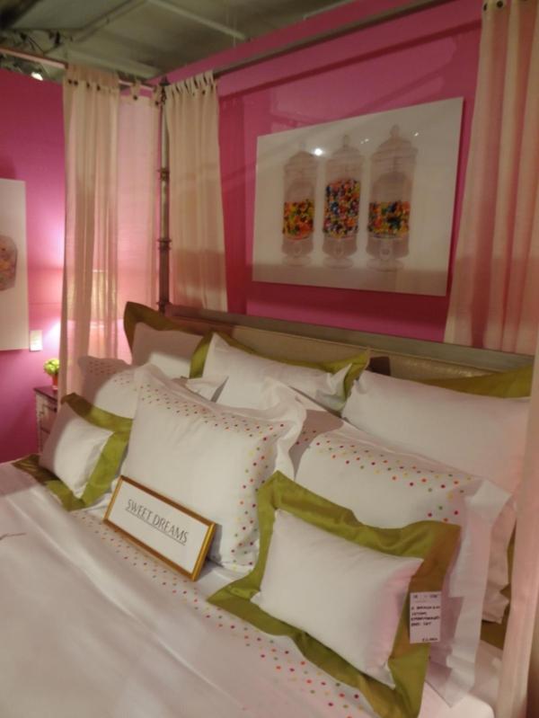 rosa schlafzimmer grüne akzente kissen