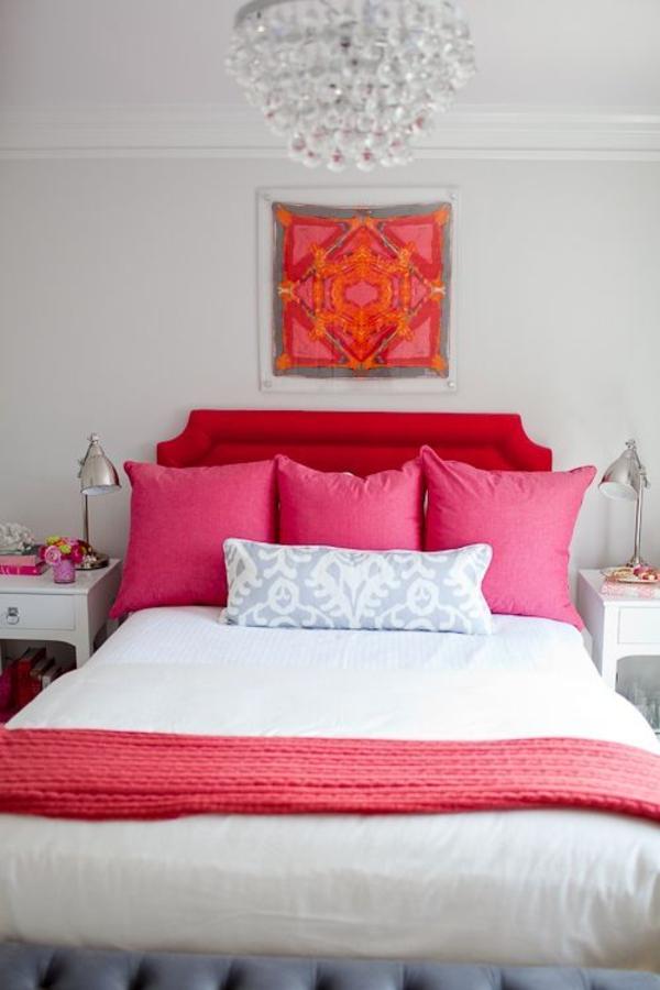 Schlafzimmer Kristallkronleuchter Pinke Kissen