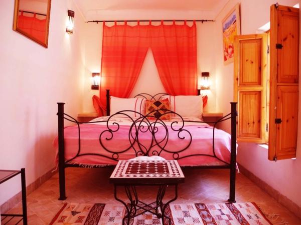 rosa schlafzimmer metallbett orange