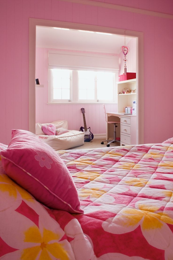 rosa schlafzimmer steppdecke gitarre