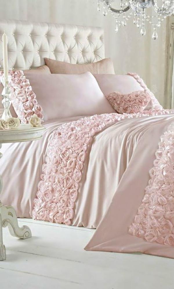 rosa schlafzimmer stoffrosen kristallkronleuchter