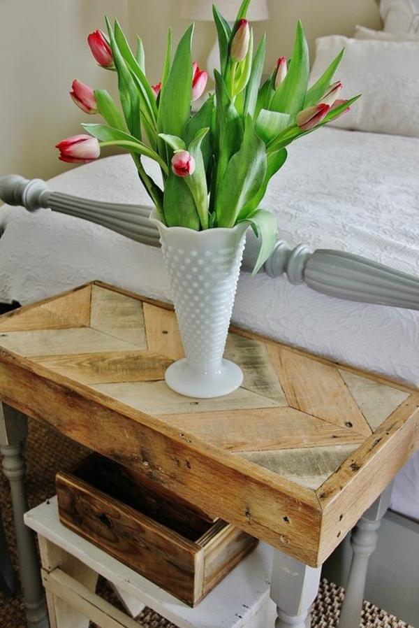 schlafzimmer möbel nachttisch vase mit tulpen
