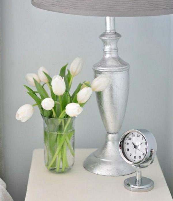 schlafzimmer nachttisch kommode nachttischlampe vase mit tulpen