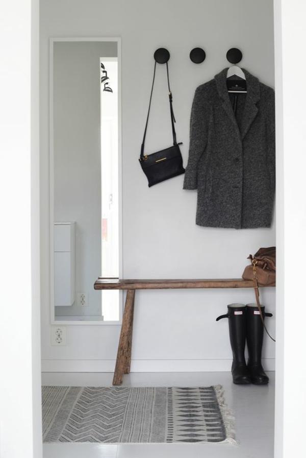 skandinavisch flur einrichten garderobenmöbel holz wandspiegel weiß