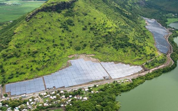 solaranlage und photovoltaik am hügel