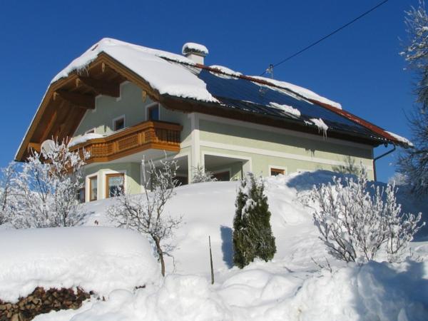 solaranlage und photovoltaik dach haus schnee