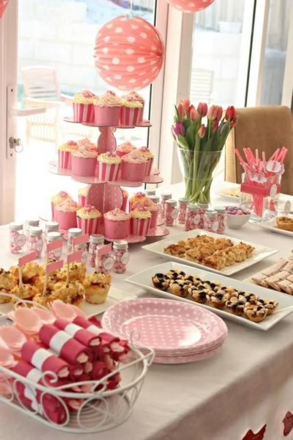 tisch dekorieren in rosa tischdeko mit tulpen frühlingsblumen