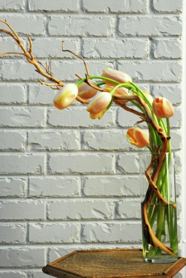 tischdeko mit tulpen blumen arrangieren couchtisch holz ziegelwand
