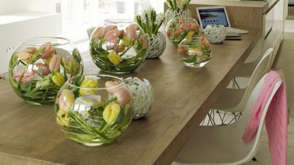 tischdeko mit tulpen kerzen glasgefäße rund