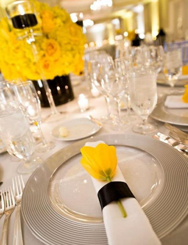tischdeko mit tulpen servietten falten gelbe tulpe schwarze schleife