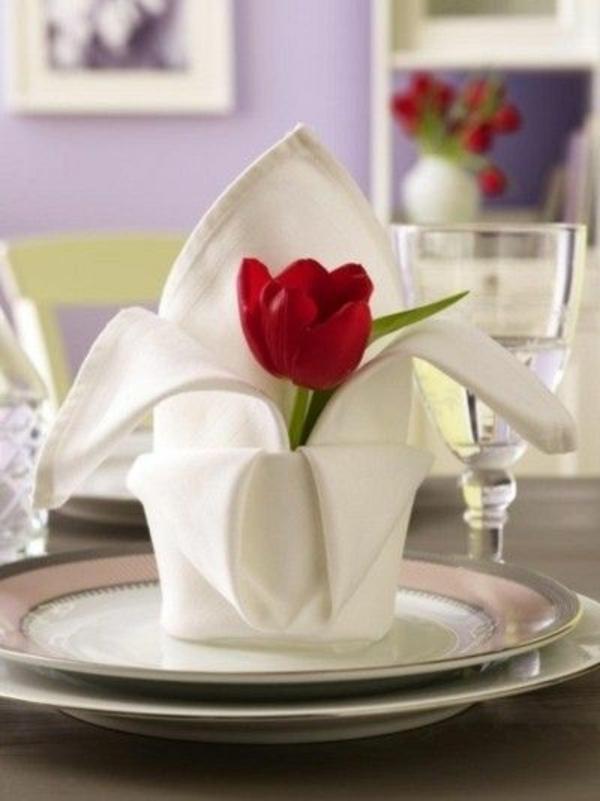 tischdeko mit tulpen stoff servietten falten rote tulpe