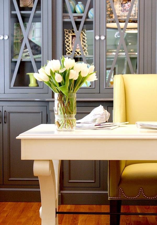 tische dekorieren vase mit tulpen arbeitszimmer gestalten