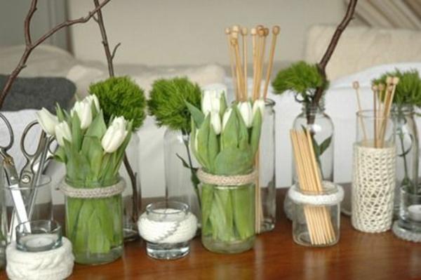 tische dekoriren tischdeko ideen mit tulpen weiß strick accessoires