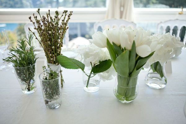 weiße blumen arrangieren tischdeko ideen mit tulpen in glas