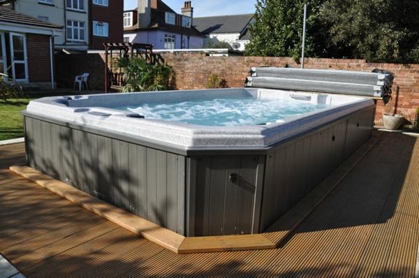Pool im garten holz  Whirlpool im Garten - gönnen Sie sich diese besonde Art Entspannung