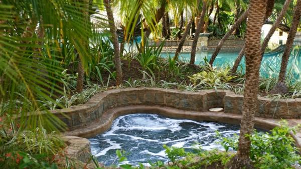 whirlpool im garten palmen exotisch